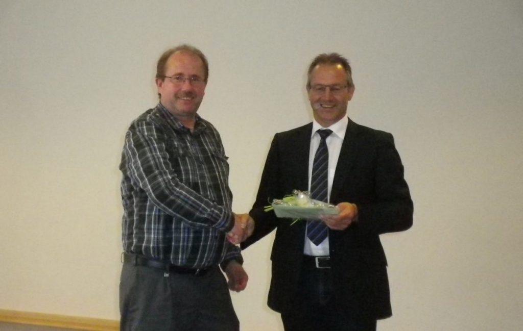 Ortsbürgermeister Bruno von Landenberg dankt Siegfried Schüller für seine 10-jährige Tätigkeit als 2. Beigeordneter.